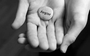 perdono sasso mani